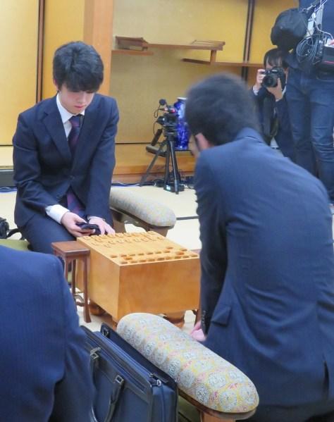 新人王戦決勝3番勝負の第2局、出口若武三段(手前右)と藤井聡太七段