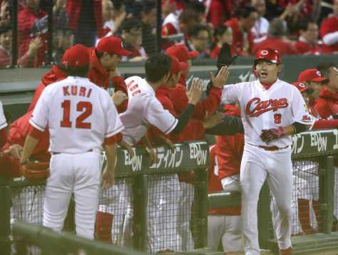 <広・巨>3回2死、丸は本塁打を打ち出迎えを受ける(撮影・荻原 浩人)