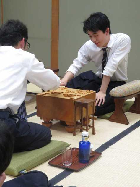 棋聖戦1次予選で今泉健司四段(左)に勝ち、2次予選進出を決めて感想戦を行う藤井聡太七段
