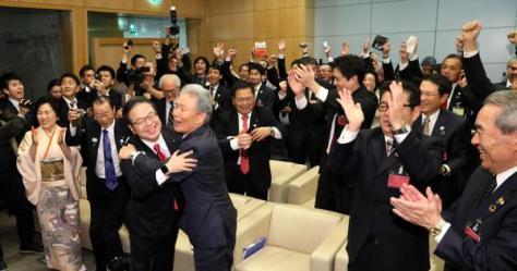 2025年万博の大阪開催が決まり、喜ぶ世耕弘成経済産業相ら日本の誘致関係者=パリのOECDカンファレンスセンターで2018年11月23日午後4時59分、幾島健太郎撮影