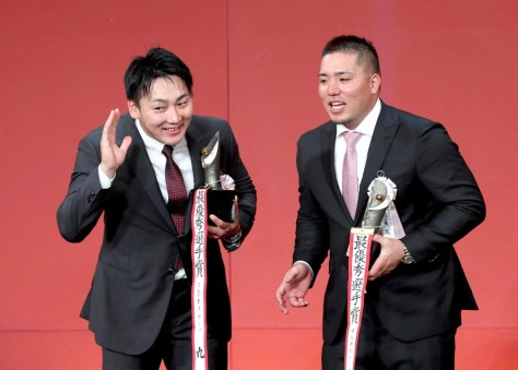 最優秀選手賞を受賞した丸(左)と山川(カメラ・矢口 亨)
