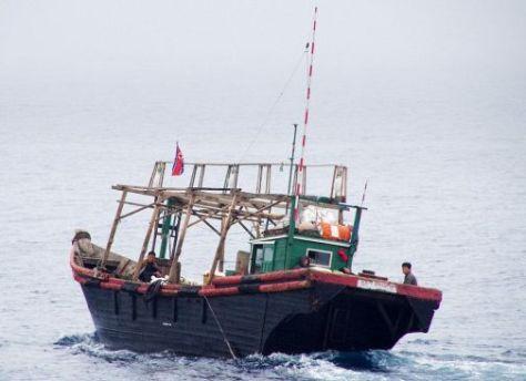 EEZ内で違法操業しているとみられる北朝鮮の国旗を掲げた漁船(海上保安庁提供)