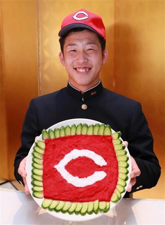 9日に仮契約を終え、記念撮影する広島D1位の報徳学園・小園海斗