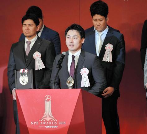 セ・リーグのMVPを受賞し、スピーチをする広島・丸佳浩(中央)=東京都港区のグランドプリンスホテル新高輪(撮影・出月俊成)