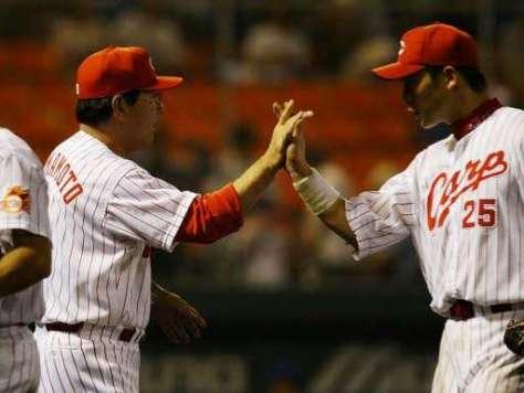 4番を外れたが、チームは勝ち、山本監督(左)とハイタッチをする新井(2003年7月12日)