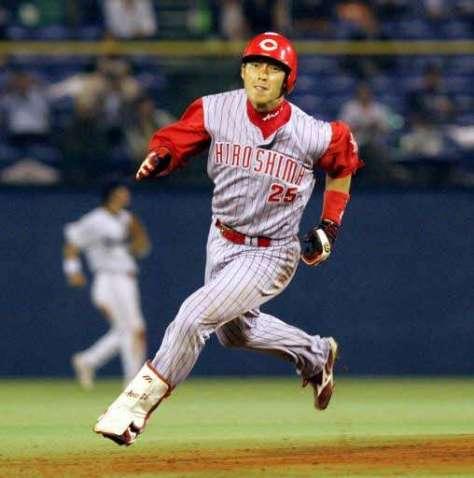 三塁へ全力疾走する新井(2005年10月7日)