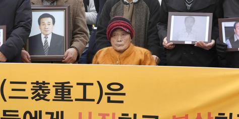29日、ソウルの韓国最高裁に向かう原告ら(共同)