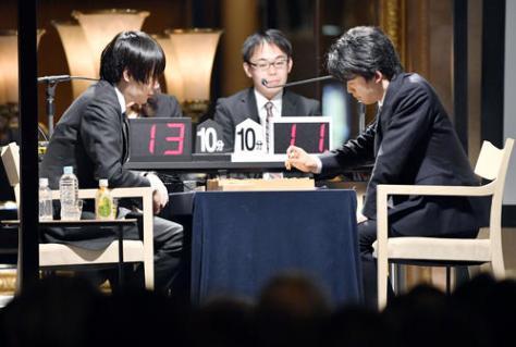 将棋イベントで佐藤天彦名人(左)と公開対局する藤井聡太七段(共同)