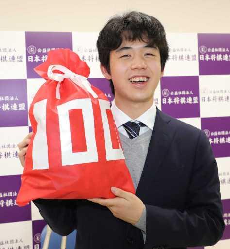 通算100勝を達成し、笑顔の藤井聡太七段(撮影・吉田 剛)