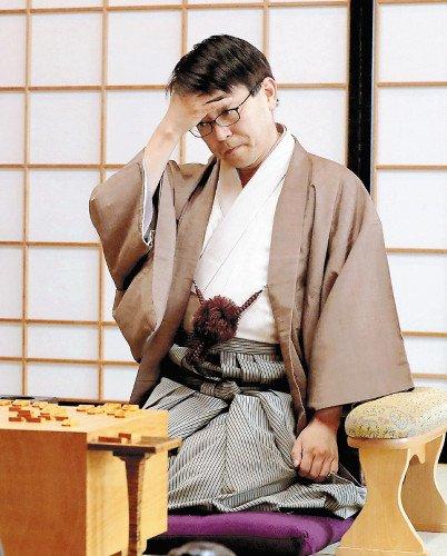 無冠となった羽生前竜王(21日午後、山口県下関市で)=大野博昭撮影