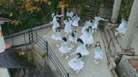 ドローンで空撮された、STU48シングル「風を待つ」のミュージックビデオの1場面