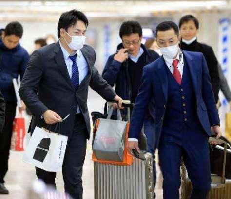 三井ゴールデングラブ賞の表彰式を終え、JR広島駅に戻った丸(左)。右は菊池(11月29日)