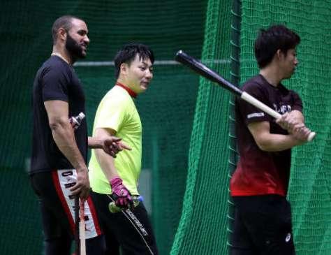 FA宣言後、一緒に練習した野間(右)らに打撃のアドバイスをする丸(中)=11月7日