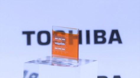 東芝が透明化に成功した亜酸化銅の太陽電池の試作品
