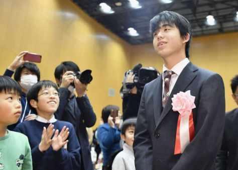 出身地の愛知県瀬戸市で開かれた応援イベントで、子どもたちに迎えられる藤井聡太七段=26日午後