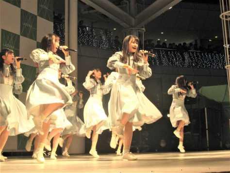 2作目のシングル「風を待つ」の発売記念イベントで熱いパフォーマンスを見せたSTU48