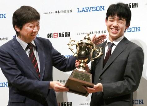 昇段した杉本昌隆八段(左)と藤井聡太七段の師弟