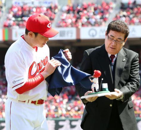 山本浩二氏(右)からサプライズ贈呈をされる新井貴浩氏(撮影・栗木一考)