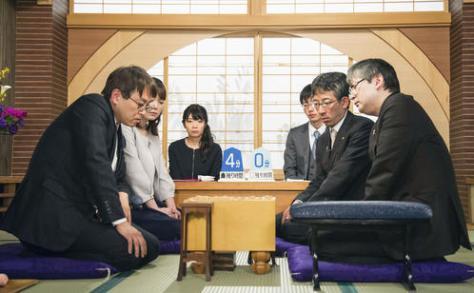 将棋の第68回NHK杯戦で郷田真隆九段(右)を破り、7年ぶり11回目の優勝を果たした羽生善治九段(共同)