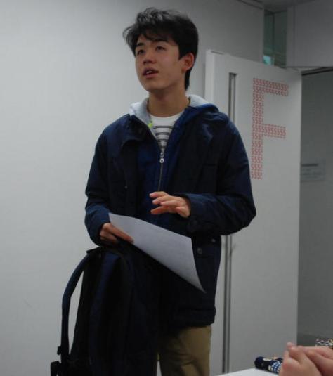 名古屋会場に普段着姿で現れた藤井聡太七段(撮影・松浦隆司)