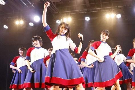 STU48劇場初日公演 力強く踊る瀧野由美子(中央)