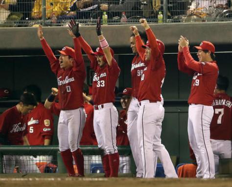 巨人対広島 9回表広島2死二塁、中前適時打を放った石原に向かって菊池涼(左から2人目)らはベンチでバンザイポーズ。右は野村(撮影・松本俊)