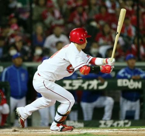 広島対DeNA 8回裏広島2死一、二塁、西川は同点となる中前適時打を放つ(撮影・栗木一考)
