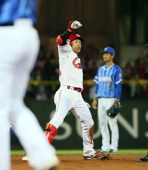 広島対DeNA 8回裏広島2死一、二塁、西川は中前適時打を放ち、送球の間に二塁へ(撮影・栗木一考)