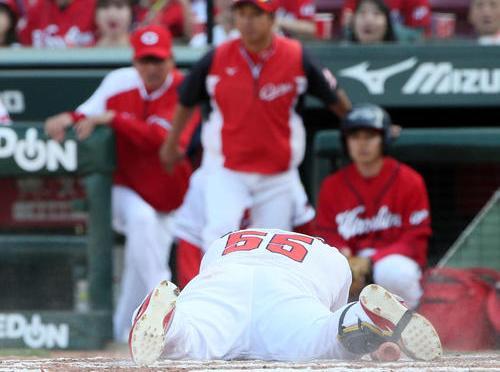 8回裏広島1死三塁、代打松山竜平は死球を受け倒れ込む(撮影・栗木一考)