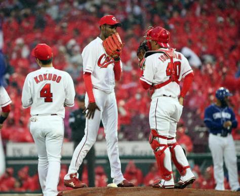 広島対中日 1回表中日2死二塁、アルモンテに四球を与えマウンドで声をかけられるアドゥワ(中央)(撮影・栗木一考)