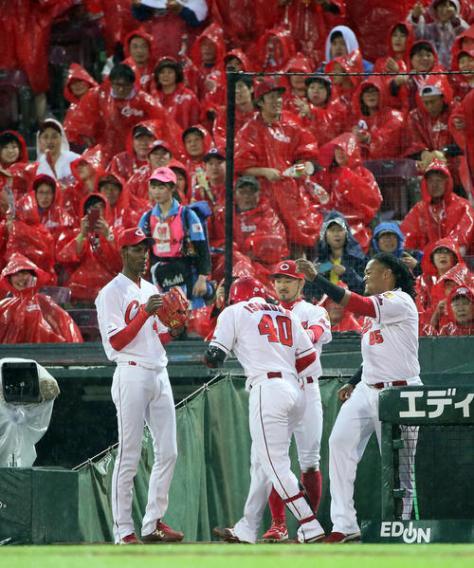 広島対中日 2回裏広島2死、磯村は勝ち越しソロ本塁打を放ちベンチ前でアドゥワ(左)らナインの出迎えを受ける(撮影・栗木一考)