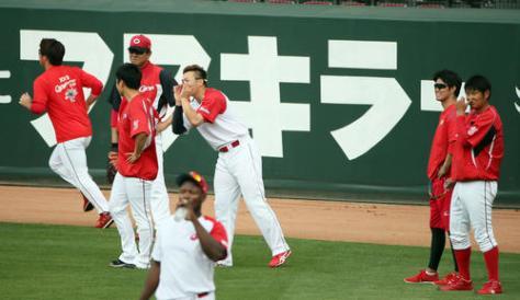 投手陣に交じって、練習に参加した鈴木誠也(中央)(撮影・栗木一考)