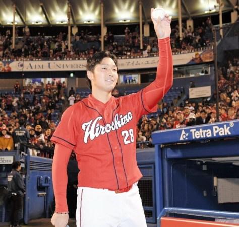 ウイニングボールを手にファンの声援に応える床田