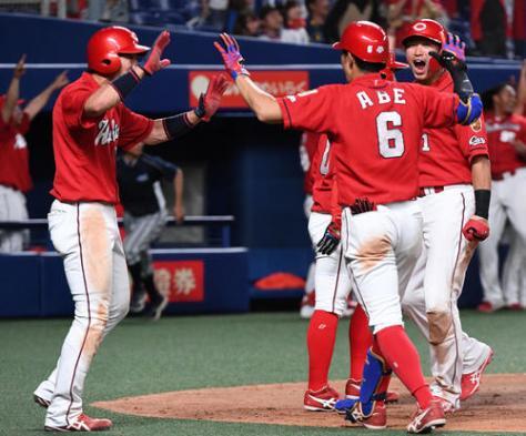中日対広島 10回、西川龍馬の適時三塁打で勝ち越し、喜ぶ(左から)野間、安部、鈴木(撮影・前岡正明)