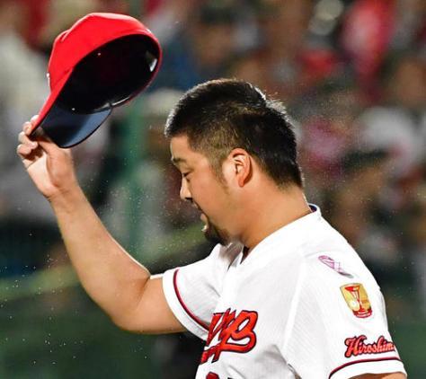 広島対中日 9回表中日2死満塁、最後のピンチをなんとか抑え汗だくで帽子を取る中崎(撮影・清水貴仁)