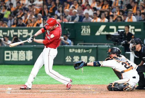 巨人対広島 4回表広島1死一、三塁、バスターで中前適時打を放ったジョンソン(撮影・たえ見朱実)