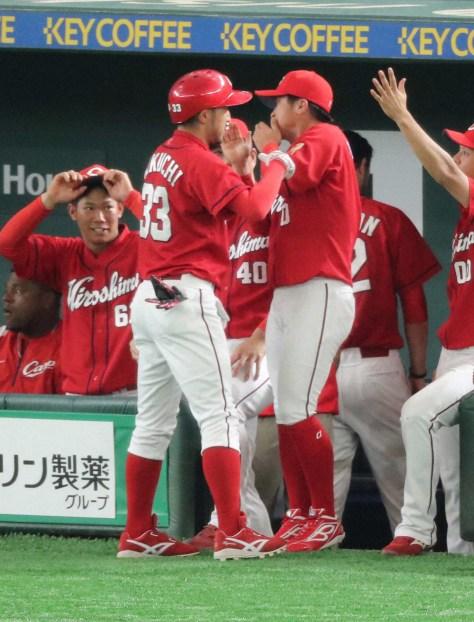 ソロ本塁打を放ち、変な顔で迎える上本(右)に突っ込みを入れる菊池涼(撮影・木村 揚輔)
