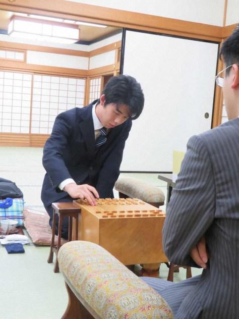 竜王戦ランキング戦4組決勝、菅井竜也七段(手前)と対戦している藤井聡太七段