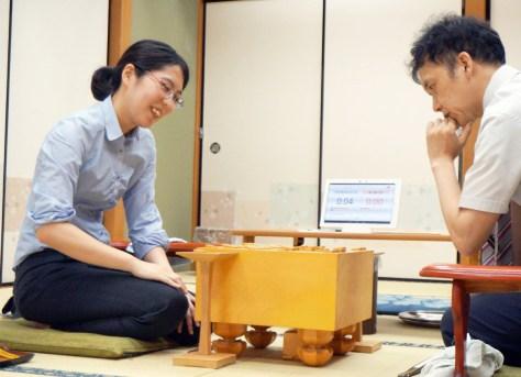 畠山鎮七段(右)に勝ち、感想戦を行う里見香奈女流5冠