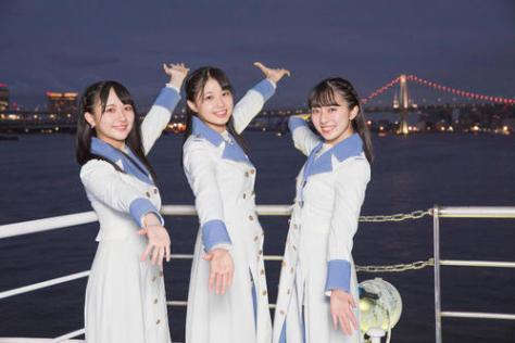 東京での初の船上公演を前にレインボーブリッジをのぞむSTU48の、左から石田千穂、瀧野由美子、今村美月(C)STU