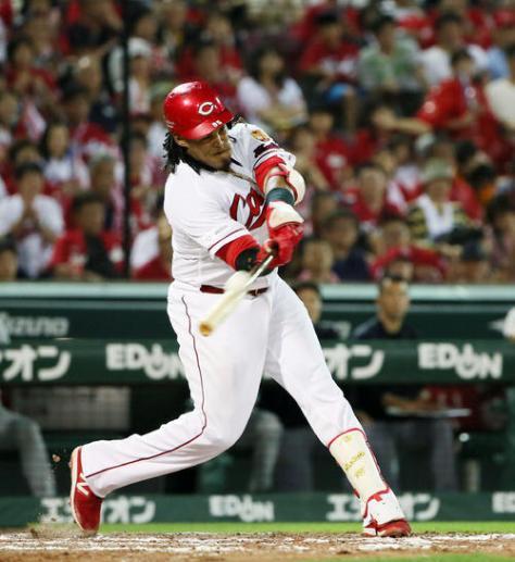 広島対巨人 8回裏広島2死二塁、バティスタは右越えに勝ち越し2点本塁打を放つ(撮影・栗木一考)