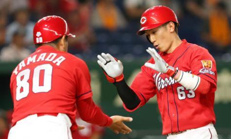 巨人対広島 1回表広島無死、先頭打者本塁打を放ちタッチを交わす西川(右)(撮影・垰建太)