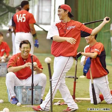 打撃練習で笑顔を見せる下水流(左)と長野