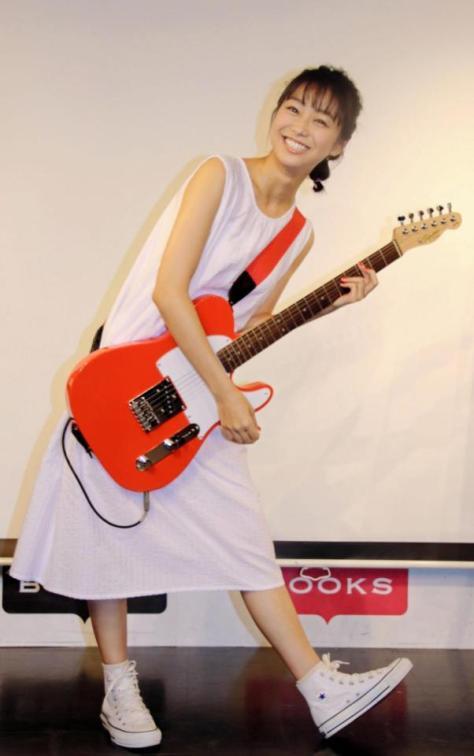 歌手デビューイベントで熱唱した高田夏帆=東京・渋谷