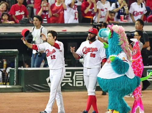 広島対阪神 活躍した投打のヒーロー九里亜蓮(左)とアレハンドロ・メヒアがファンにあいさつする(撮影・清水貴仁)