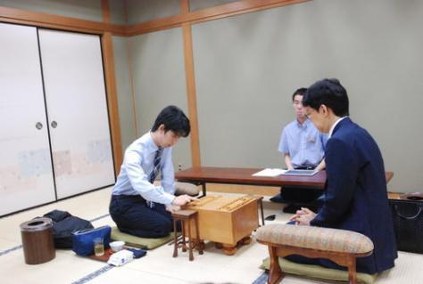 谷川浩司九段(右)との対局で初手を藤井聡太七段(撮影・松浦隆司)