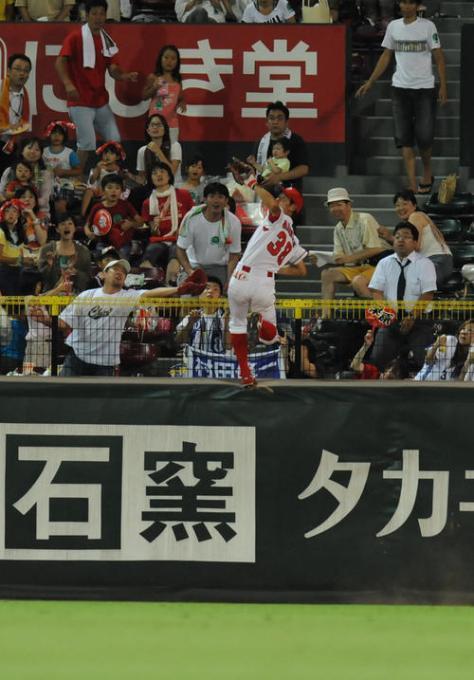 10年8月4日の横浜戦 5回表横浜1死、村田修一の大きな中飛をフェンスによじ登って好捕する広島赤松 [写真の