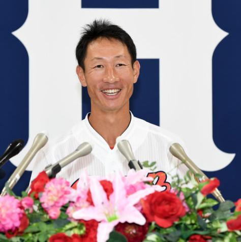 笑顔で引退会見を行う広島赤松真人(撮影・前岡正明)