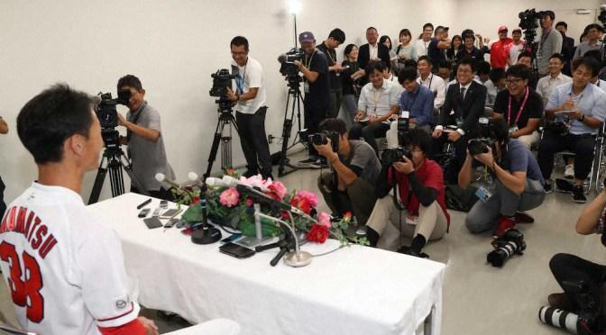 <広島>大勢の報道陣の前で引退会見する赤松。後方には菊池涼と松山の姿も(撮影・奥 調)