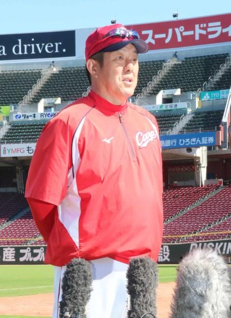 練習終了後にインタビューを受ける佐々岡監督